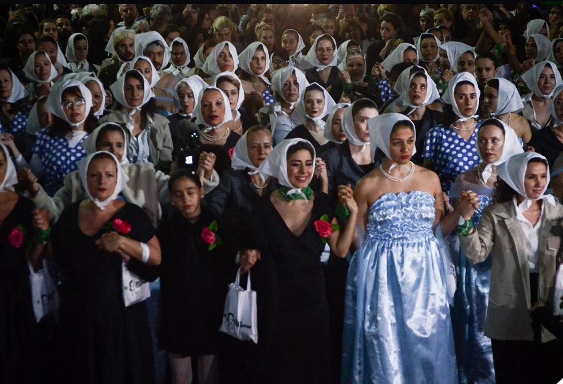 """Unas """"Cien Evas"""" se vistieron, desfilaron y recordaron a la abanderada de los humildes"""