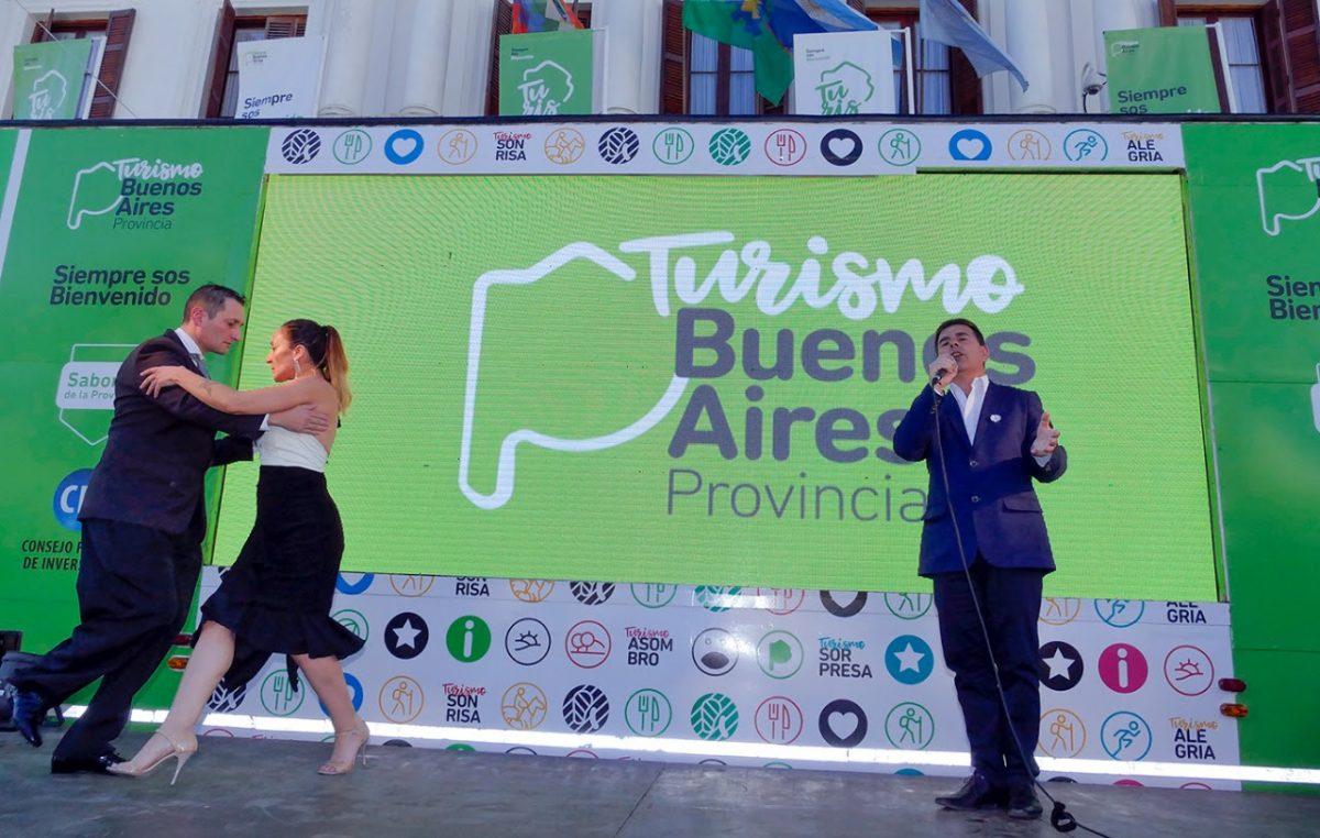 El tráiler turístico itinerante de la provincia llega a Plaza Moreno con una oferta cultura y gastronómica muy variadas