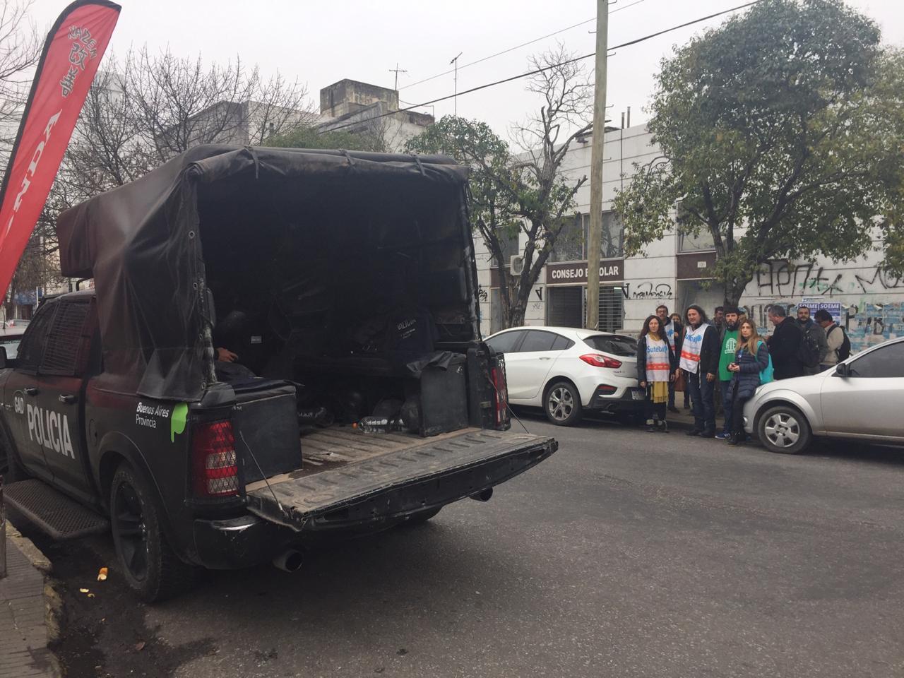 Insólita custodia policial durante una protesta docente en La Plata