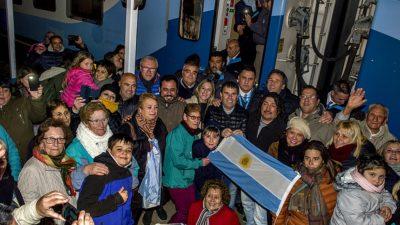 Después de tres años, el tren de pasajeros volvió a parar en Cacharí y el pueblo fue una fiesta