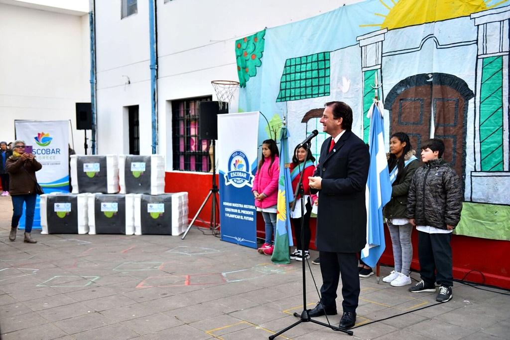 Escobar / Sujarchuck dice que invierte seis veces más en Educación que la provincia