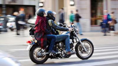 En Provincia ya no se podrá andar de a dos en moto: furia entre los motoqueros