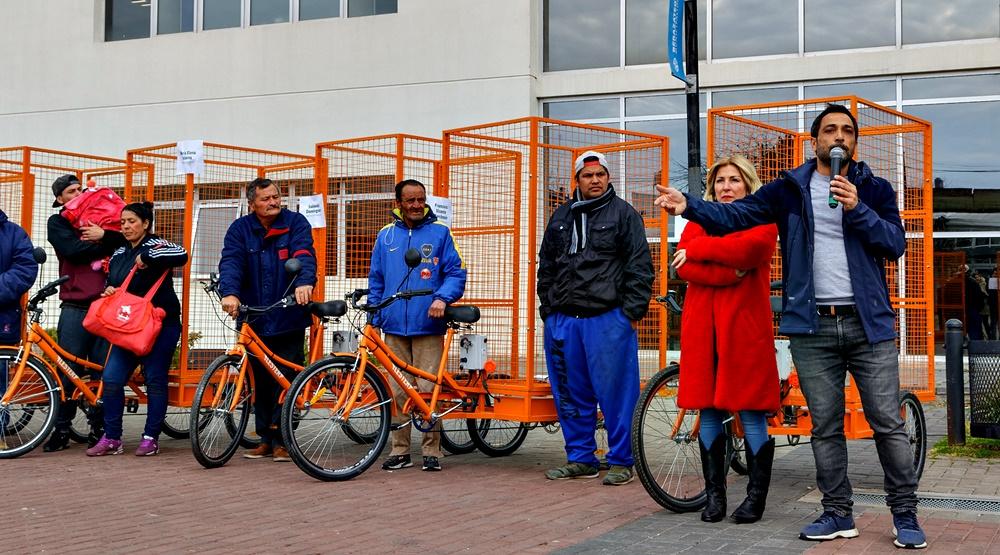 Berazategui / Mussi entregó bicicletas eléctricas a cartoneros y reavivó la polémica con Juan Grabois