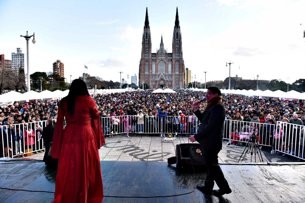 """La Plata / Más de 75 mil personas disfrutaron de """"Perú Vive"""" en Plaza Moreno"""