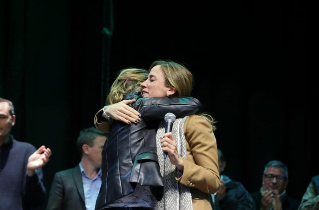 Tolosa Paz reconoció el triunfo de Saintout y se fundieron en un abrazo peronista
