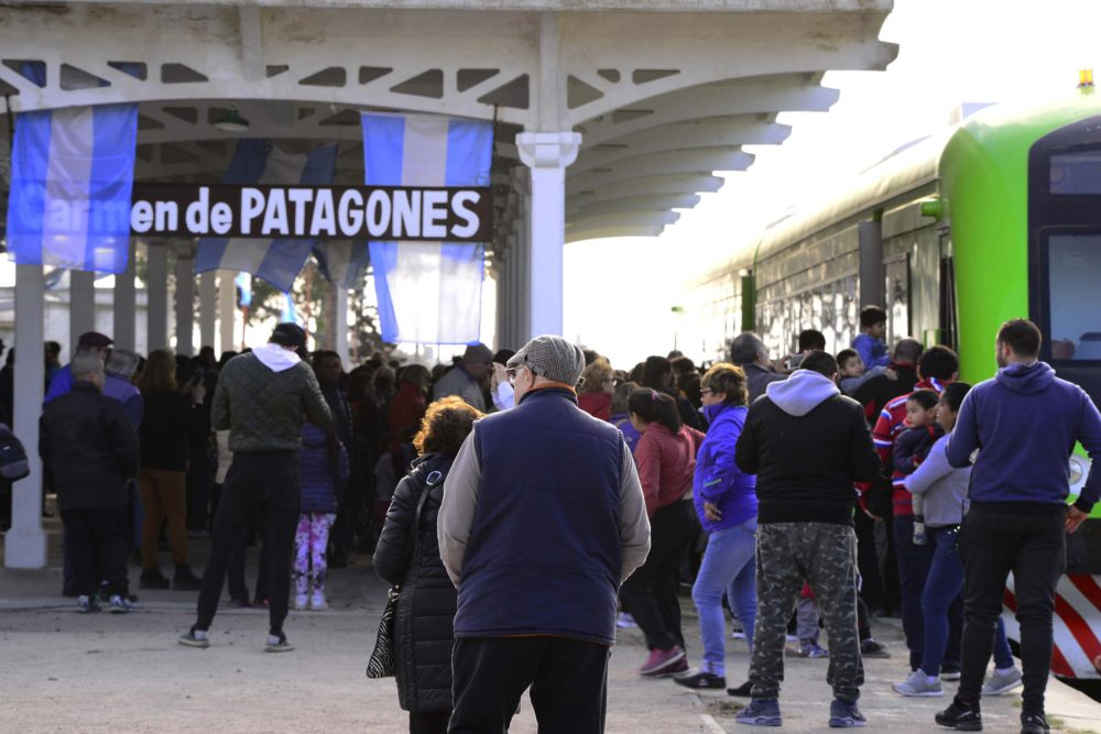 VIDEOS / Con gran emoción, el pueblo de Patagones celebró el viaje inaugural del Tren Patagónico