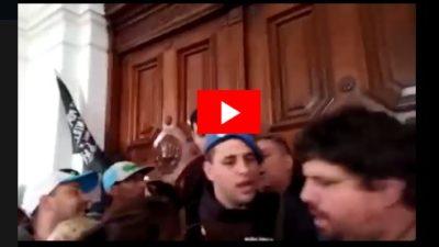 Videos: reprimen a trabajadores que reclamaban salarios adeudados en la Municipalidad de La Plata
