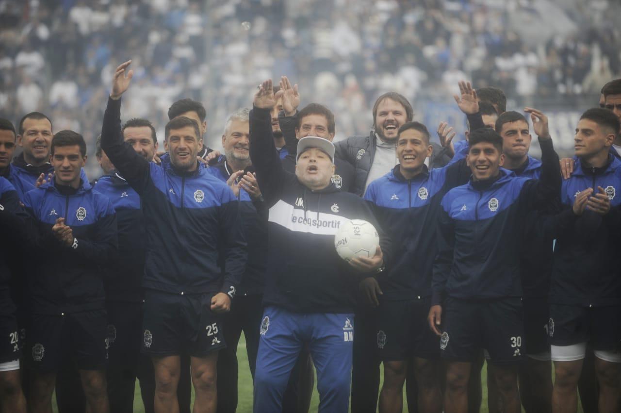 Diego Maradona fue presentado como DT de Gimnasia y explotó el bosque platense
