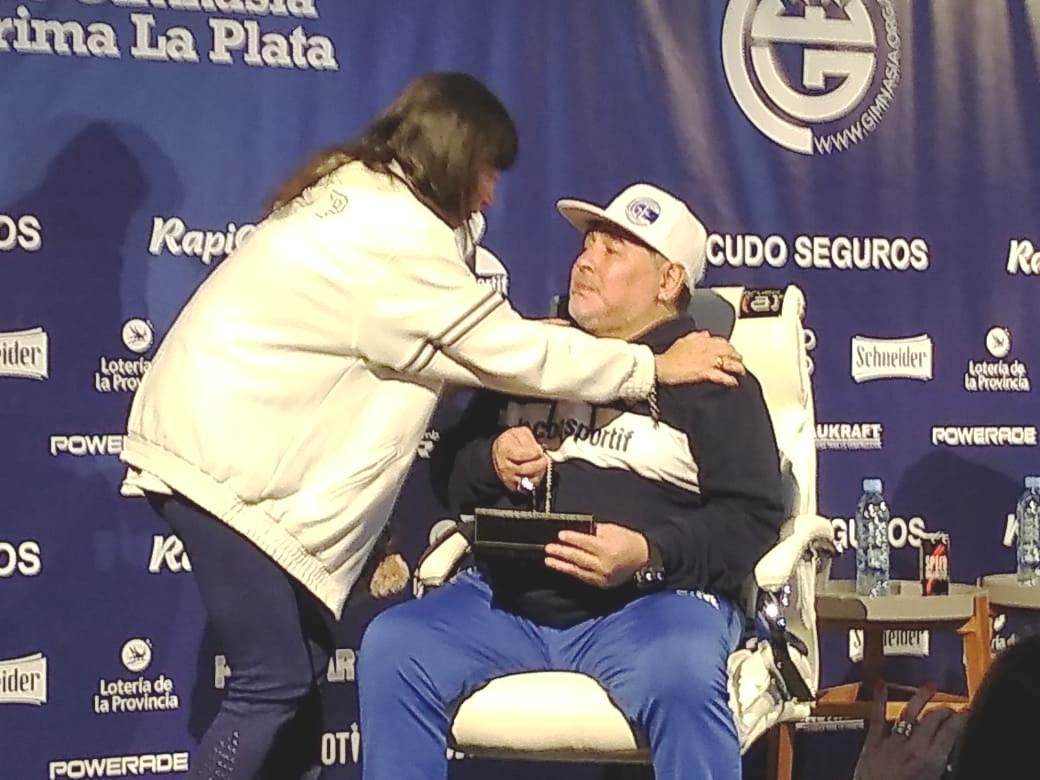 La hermana de Cristina le entregó un presente a Diego en nombre de su mamá Ofelia