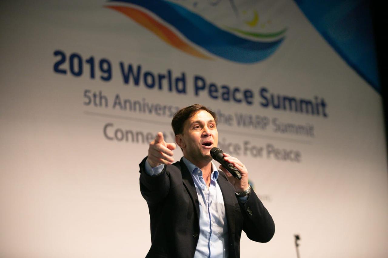 El fútbol y la música de Odino Faccia unen fronteras por la paz