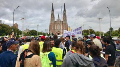 Organizaciones sociales marchan en La Plata contra el despido de cientos de cooperativistas
