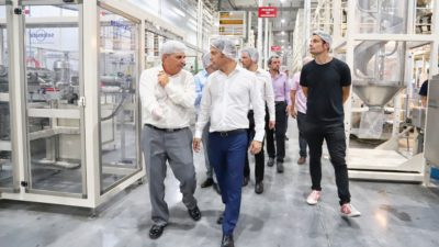 Primera visita como gobernador: Kicillof eligió una planta industrial de General Rodríguez con un fuerte apoyo al intendente Mauro García