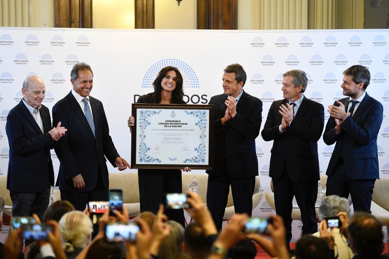 """Gabriela Sabatini mención de honor """"Juan Bautista Alberdi"""" y excusa para la foto entre Massa y Monzó"""