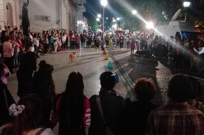 """En Luján una joven fue golpeada y violada """"en manada"""": los vecinos marcharon para exigir justicia"""