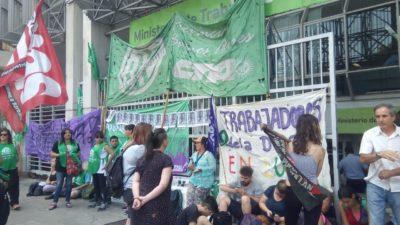 La Plata: Municipales exigen ser reincorporados y ahora mil cooperativistas también temen perder su trabajo