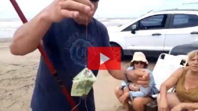 Video insólito: pescaba de costa en el mar y sacó un billete de 500 pesos