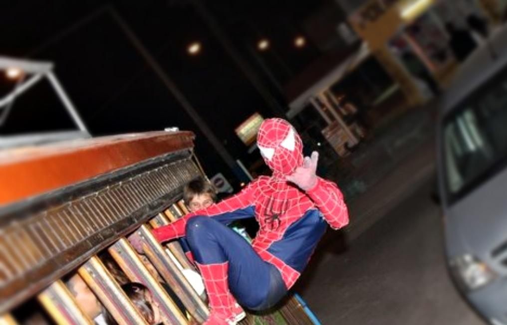 Apuñalaron al Spiderman de San Bernardo y culpan a una mafia que extorsiona a los artistas callejeros