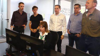 """Kicillof con un """"look particular"""" visitó los comités de emergencias de Lomas, Brown y Echeverría"""