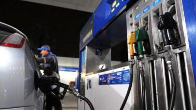 El gobierno aumentó 5% el impuesto a los combustibles que será absorbido por las refinadoras