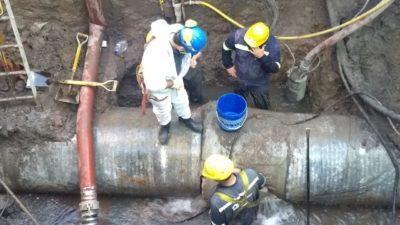 """Choques debajo de la tierra: Una empresa de gas rompió un """"caño madre"""" de agua de la empresa AYSA en el acueducto Tigre"""
