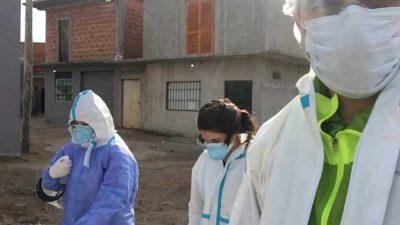 Estudiantes de Medicina de la UNAJ realizan hisopados a vecinos de Villa Azul