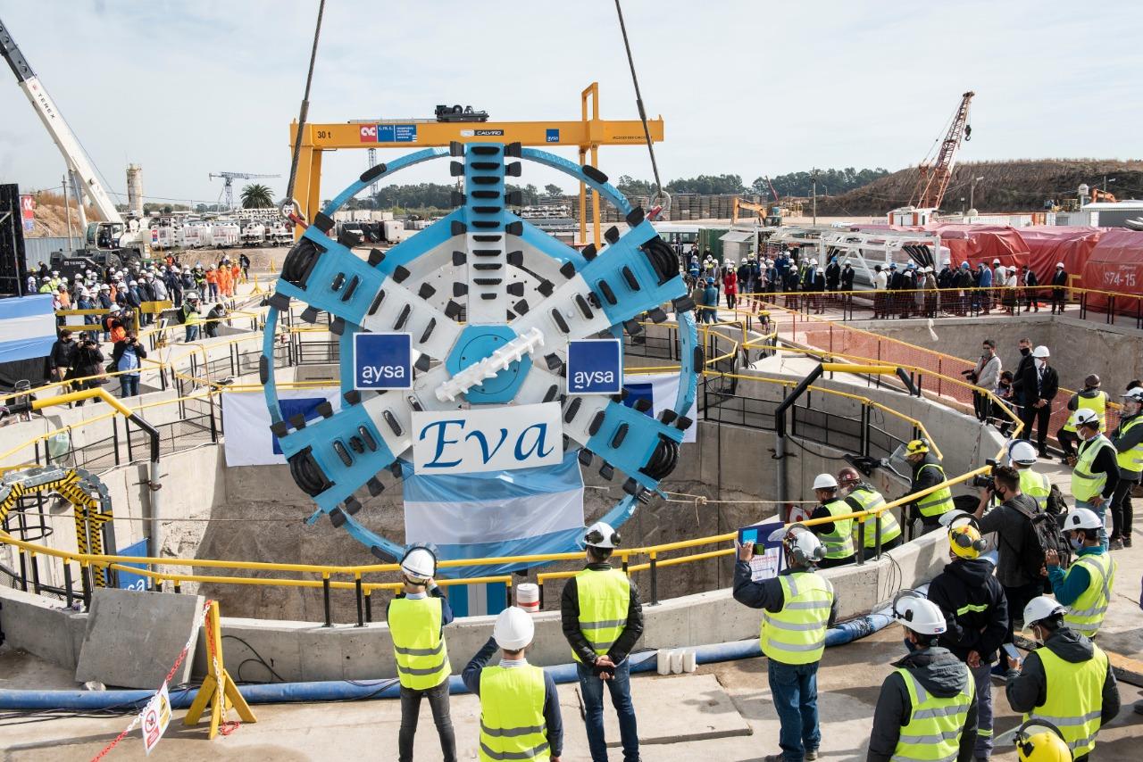 Alberto, Axel y Malena Galmarini pusieron en marcha la tunelera EVA para distribuir agua en el conurbano sur