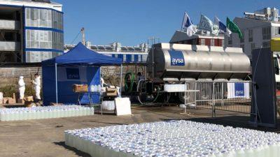 La titular de AYSA, Malena Galmarini entregó junto al gobierno de la ciudad miles de litros de lavandina en el Barrio 31