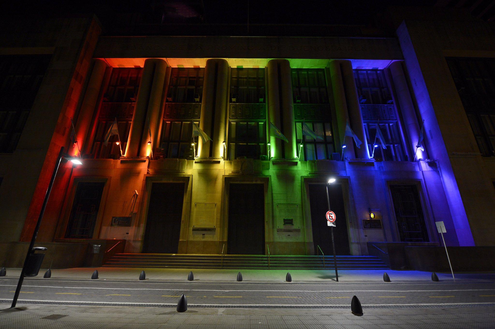 El Banco Provincia vistió a sus edificios con los colores de la diversidad por el Día del Orgullo y lucirán toda la semana