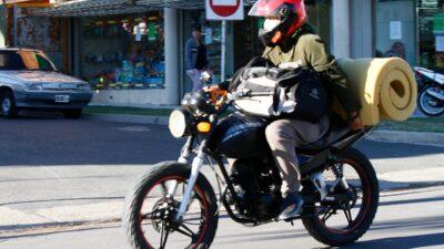"""Polémica: un intendente prohibió llevar acompañantes en moto y en bici porque es un """"evidente foco de transmisión"""""""