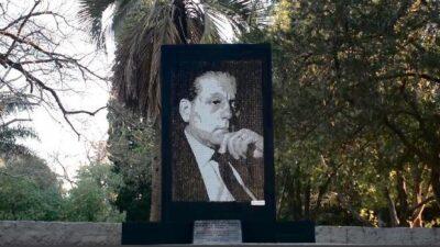 Inauguraron un monumento a René Favaloro en el Paseo del Bosque platense