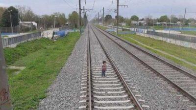 VIDEO: un nene se subió a las vías y el motorman pudo frenar el tren justo a tiempo