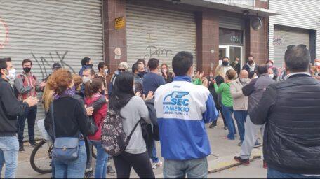 Trabajadores de la empresa Postres Balcarce en estado de alerta y movilización por una deuda que la empresa no quiere abonar