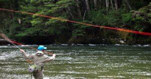 Enojo entre los pescadores con mosca: para la temporada de trucha, en Neuquén obligan a contratar guías