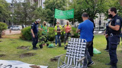 No llegaron a florecer: la policía se llevó las plantas de marihuana que cultivaban frente a Gobernación