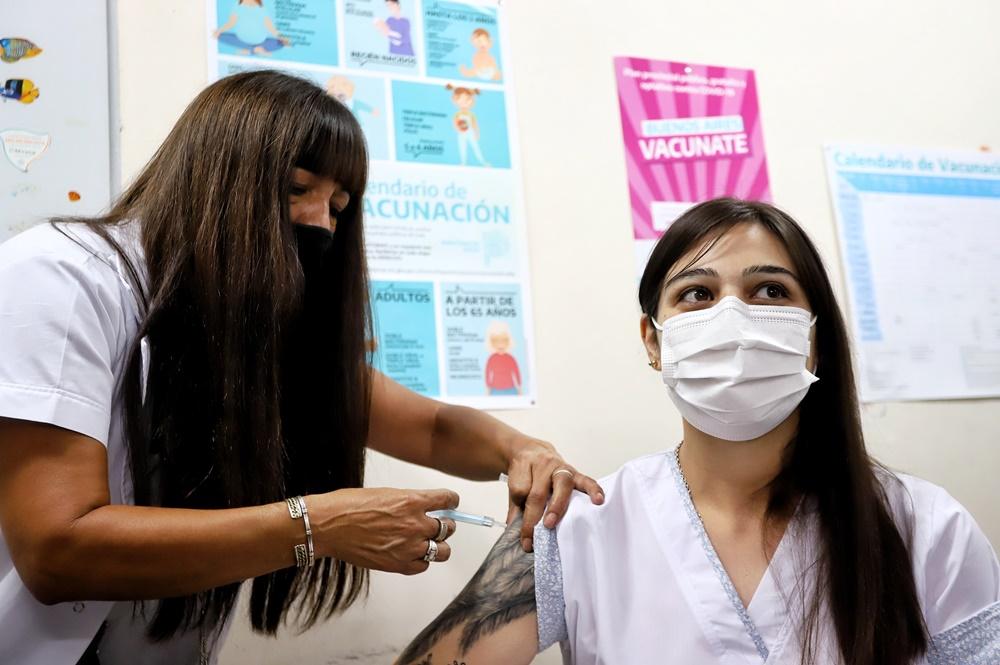 A partir del lunes se comenzará a vacunar a maestros y auxiliares con factores de riesgo en Provincia