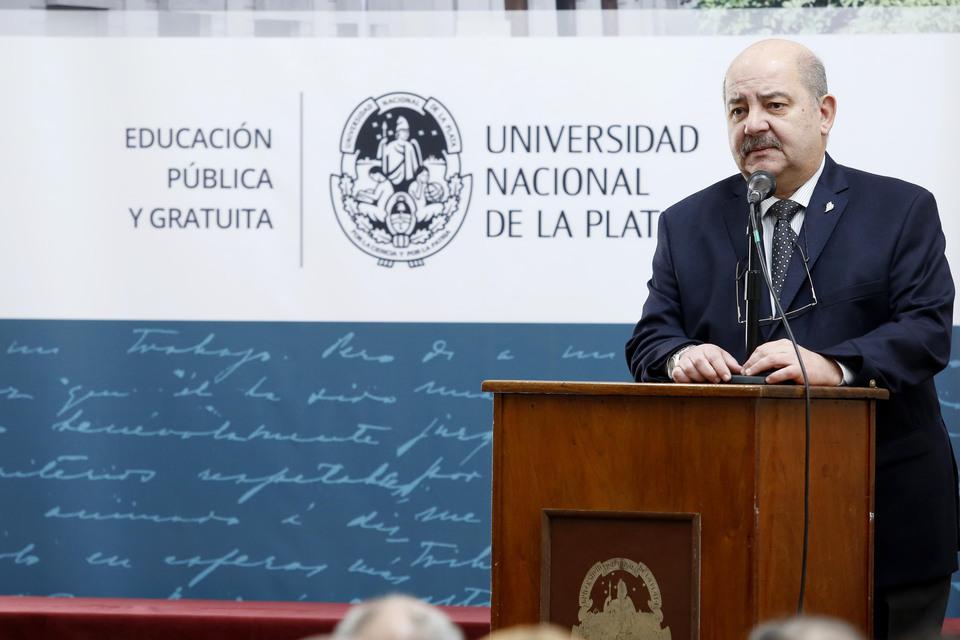 """El presidente de la UNLP aseguró que en 2021 el """"90% de las materias se dictarán en forma virtual"""""""