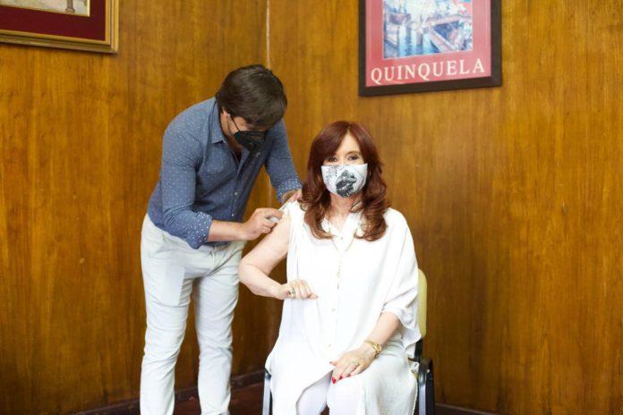 """CFK fue vacunada contra el covid y expresó: """"No solo me estoy cuidando, sino también a los demás"""""""