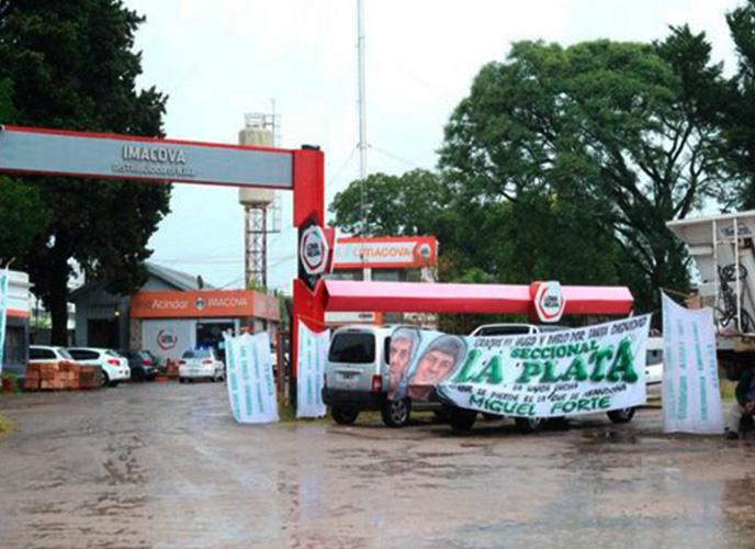 Camioneros levantó el bloqueo a un corralón en La Plata tras acordar el pago del bono de fin de año