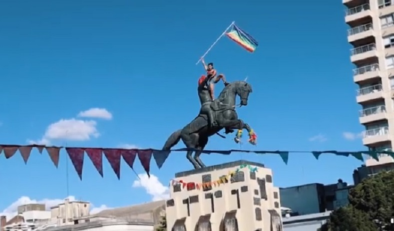 Azul: pusieron la bandera del Orgullo Gay en el monumento a San Martín y el intendente quiere denunciarlos