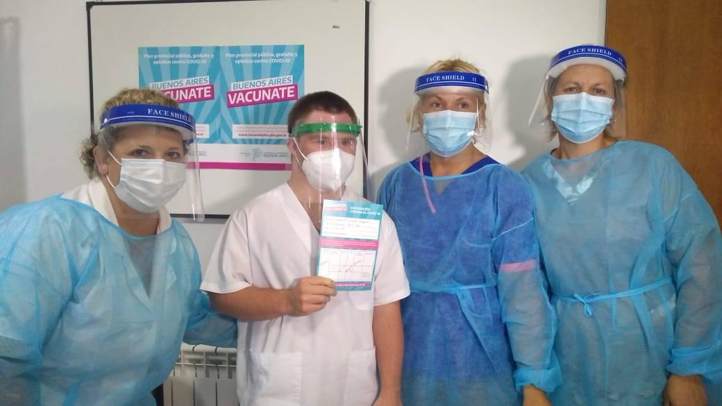 """Un camillero de Daireaux es la primera persona con síndrome de down del país en vacunarse con la """"Sputnik V"""""""