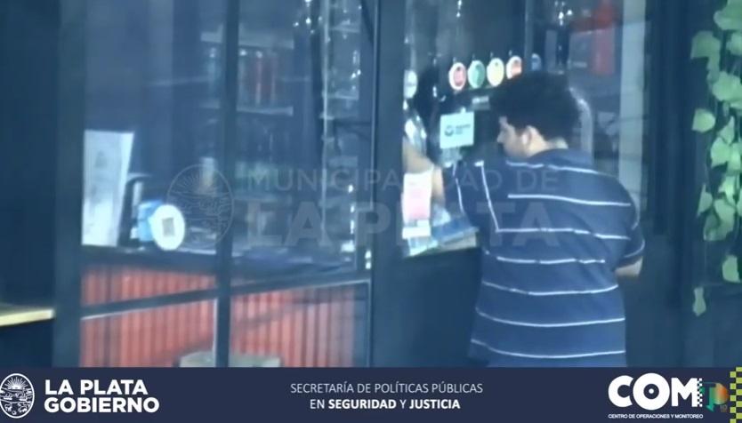 Se le calentó el pico: un joven rompió la vidriera de un bar para servirse un vaso de cerveza artesanal
