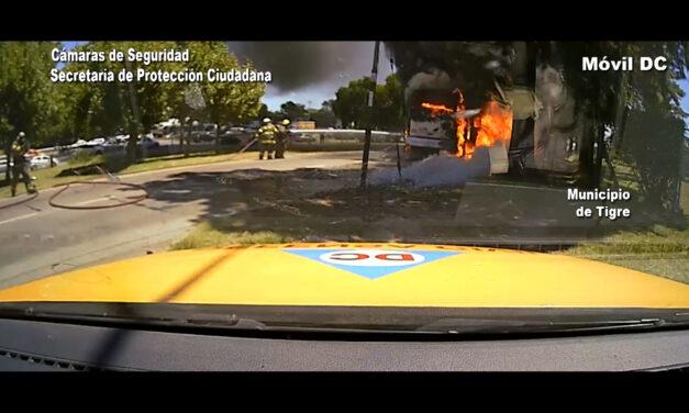 ¡Impactante! Un colectivo fue devorado por las llamas en Tigre