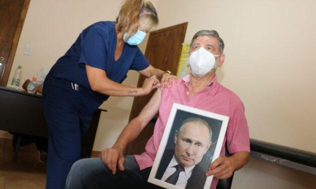 "Un intendente recibió la vacuna ""Sputnik V"" con una foto de Putin: ""Estoy orgulloso de él"""