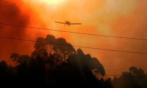 Más de 100 bomberos siguen combatiendo el fuego en las sierras de Tandil