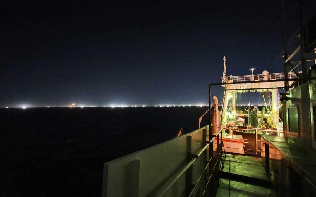 """Barcos piratas depredan el Mar Argentino y el gobierno hace la """"vista gorda"""""""