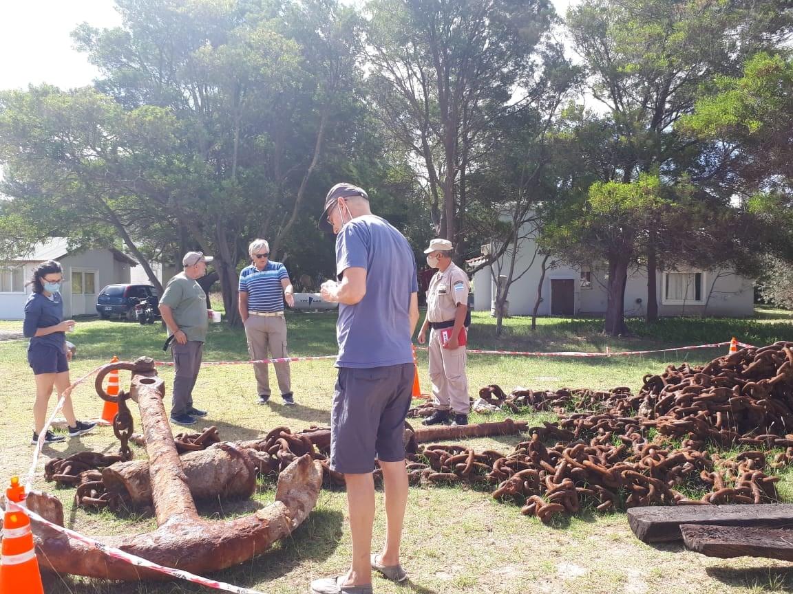 arqueólogos estudian las anclas de san cayetano