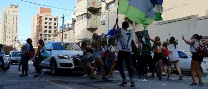 Video: chicos que festejaban el UPD en Mar del Plata fueron atropellados por un empresario