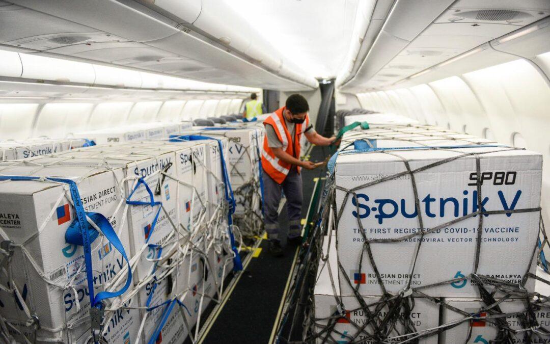 Esta noche llegan otras 800 mil dosis de la Sputnik V y se acelera el plan de vacunación
