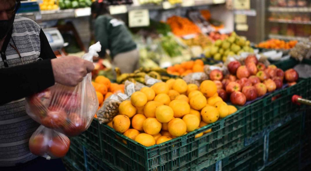 Con la inflación disparada, el gobierno nacional cambia de estrategia y apuesta a congelamientos y controles