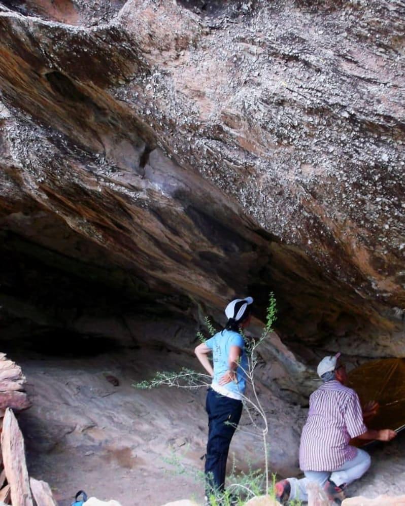 El arqueólogo Fernando Oliva analizó los grabados rupestres hallados en Sierras Grandes, Tornquist